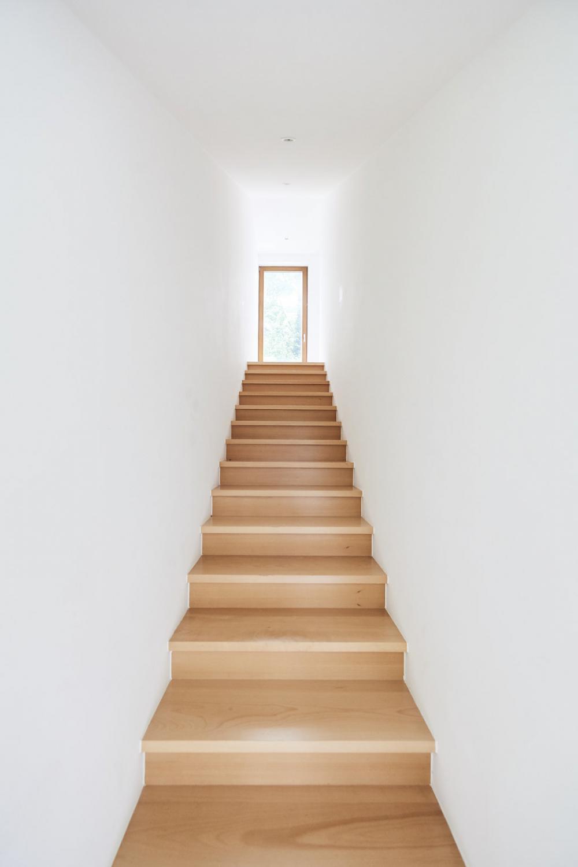 photographie intérieure de l'escalier en porte-à-faux de la maison Raymond Hye