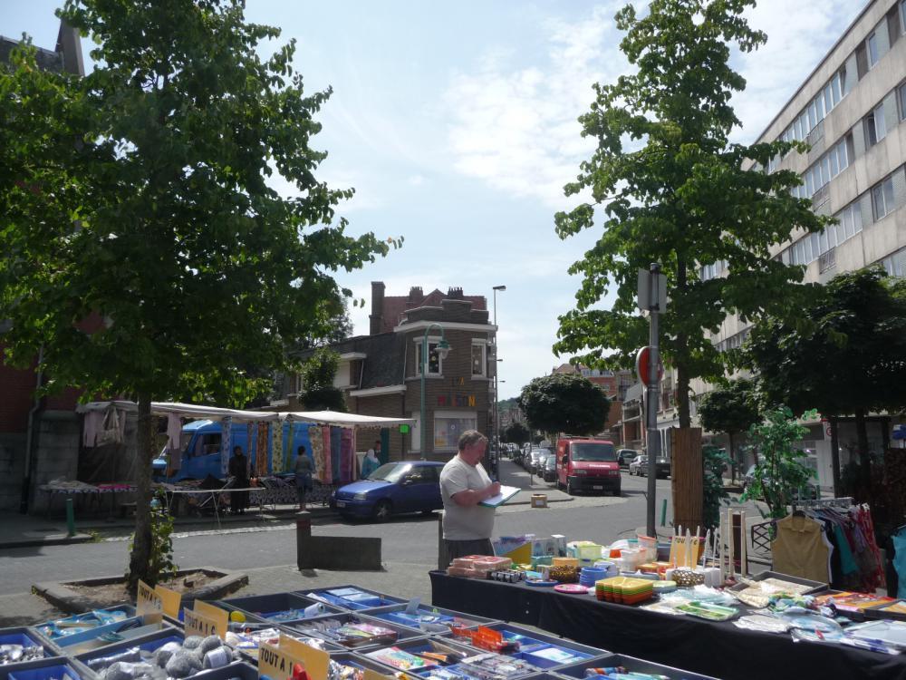 photographie de la maison de quartier Saint-Antoine depuis le marché de la place